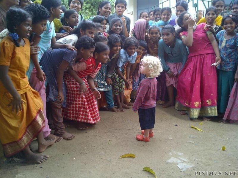 Western child meets Indian children | Blondes Kind trifft indische Kinder | Fotograf: Unbekannt